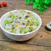 西芹口蘑炒米饭的做法