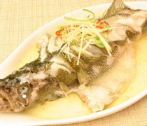 【清蒸鲈鱼怎么做最好吃】清蒸鲈鱼要蒸多久才