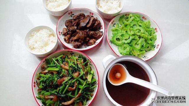 防秋燥的周末午餐,一汤一主食三炒菜,群友说